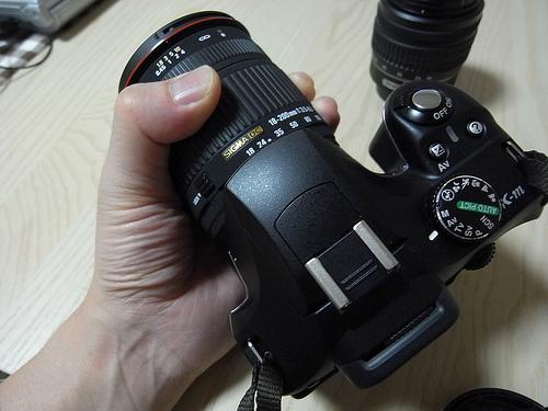 カメラを手に取る